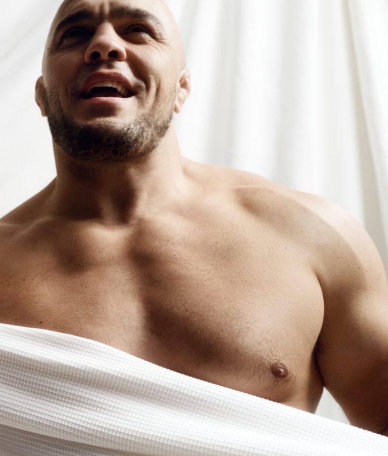 Blanche campaña fotográfica de Byredo con el luchador de peso pesado de UFC Ilir Latifi